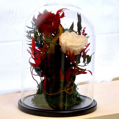 Композиция «Красавица и Чудовище» - бутоны роз, мох и декор